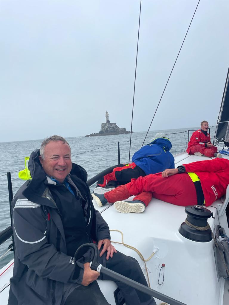 RORC Commodore, James Neville umrundet den Fastnet Rock auf seiner HH42